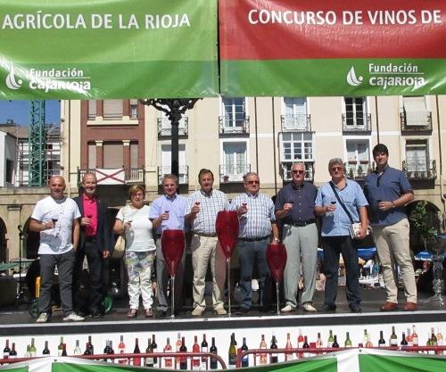 El jurado del Concurso de Vinos de Cosecheros de La Rioja, con el presidente del Consejo Regulador y el director de la Fundación Caja Rioja, promotora del concurso.